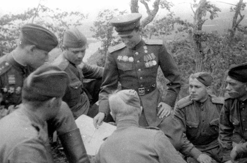 Командир полка 63-й стрелковой дивизии 5 Армии майор Г.Н. Губкин с офицерами у карты боевых действий. Маньчжурия, август 1945 г.