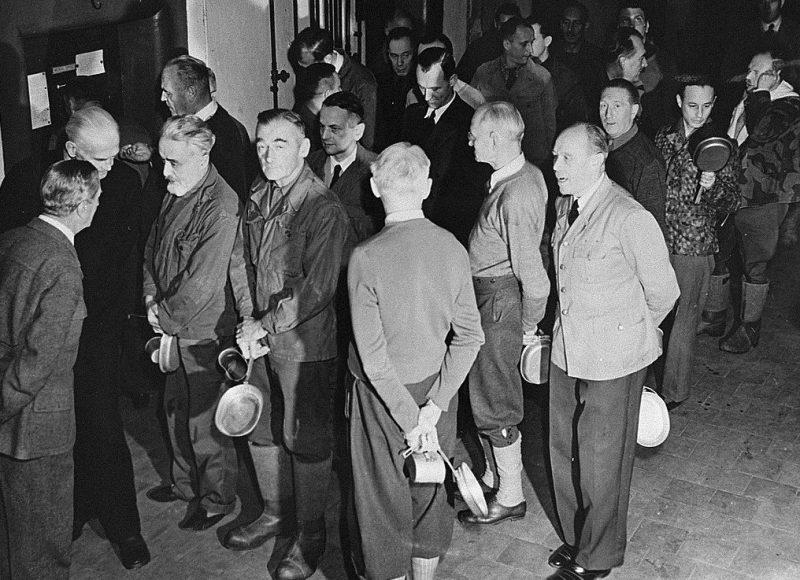Обвиняемые в очереди за обедом на Нюрнбергском процессе. 1945 г.