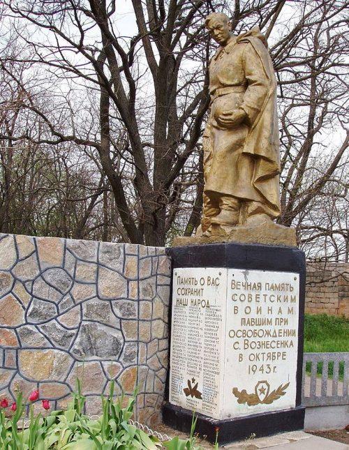 с. Вознесенка ул. Мира. Памятник, установленный на братской могиле, в которой похоронено 168 советских воинов.