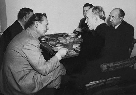 Герман Геринг Карл Дениц Вальтер Функ Бальдур фон Ширах и Альфред Розенберг обедают на Нюрнбергском процессе. 1945 г.