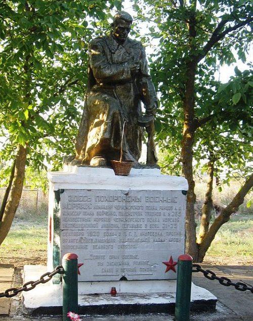с. Успеновка Бердянского р-на. Памятник на кладбище, установленный на братской могиле, в которой похоронено 268 советских моряков.