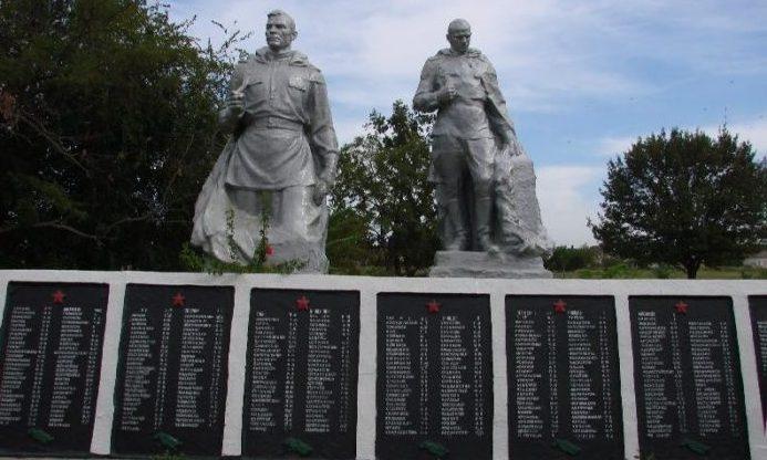 с. Данило-Ивановка Мелитопольского р-на. Памятник, установленный на братской могиле воинов, погибших в боях за село.