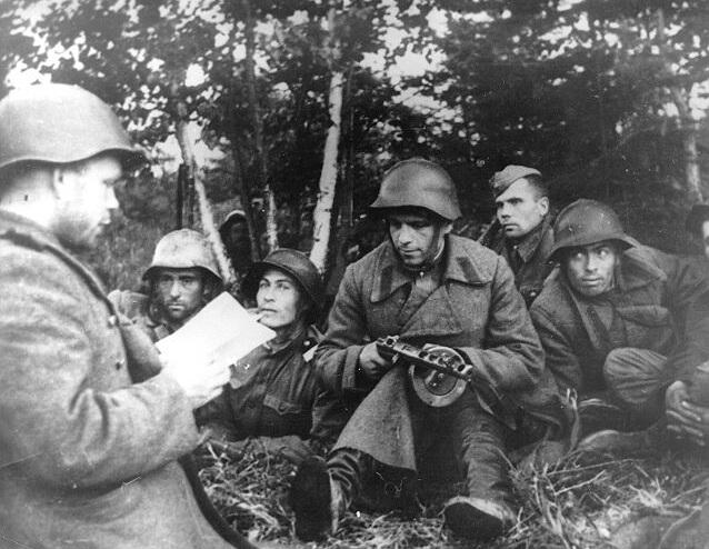 Политинформация на привале во время Южно-Сахалинской операции. Август 1945 г.