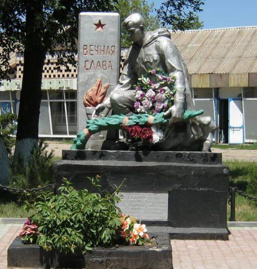 с. Червоное Поле Бердянского р-на. Памятник, установленный на братской могиле, в которой похоронено 14 советских воинов, погибших при освобождении села.
