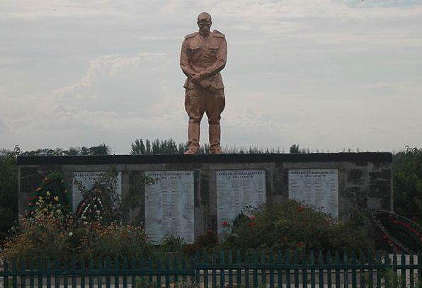 с. Кирпичное Мелитопольского р-на. Памятник, установленный на братской могиле, в которой похоронено 124 советских воина, погибших в боях за село.