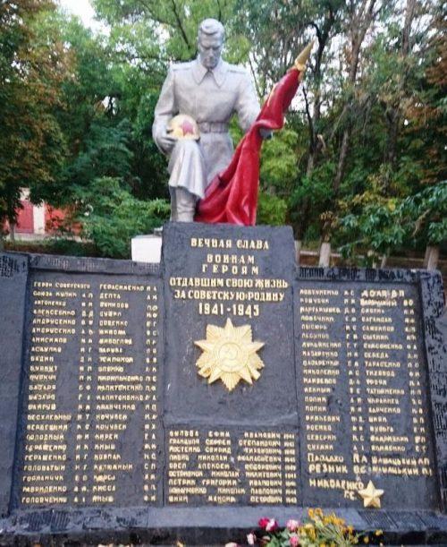 с. Червоное Поле Бердянского р-на. Памятник погибшим воинам-односельчанам.