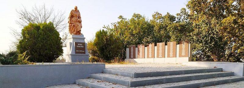 с. Константиновка Мелитопольского р-на. Памятник, установленный на братской могиле, в которой похоронено 272 советских воина, погибших в боях за село.