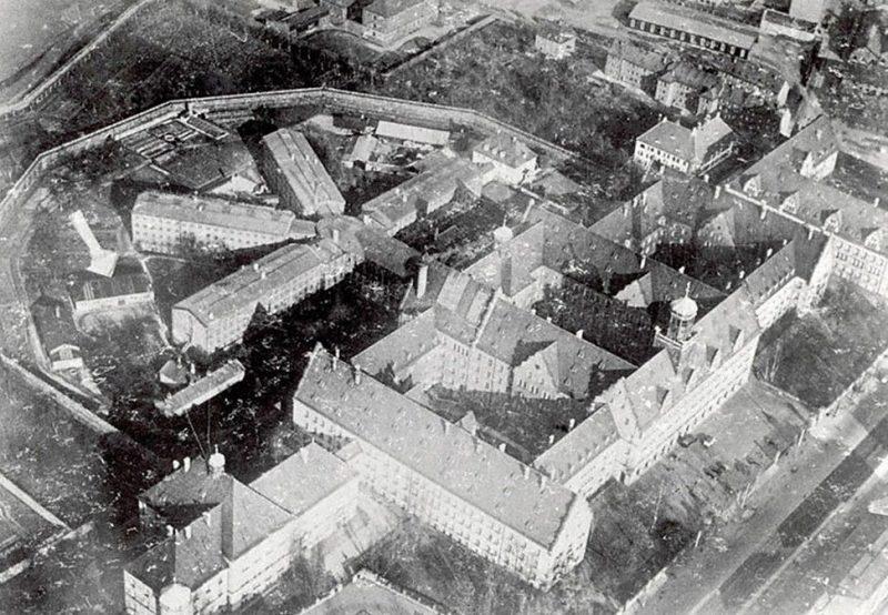 Комплекс зданий тюрьмы в Нюрнберг.(Здание, где содержались военные преступники, отмечено белой стрелкой). 1945 г.