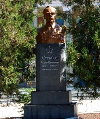 с. Шевченкове Бердянского р-на. Памятник генерал -лейтенанту Смирнову А.К., командующему 18-й армией.