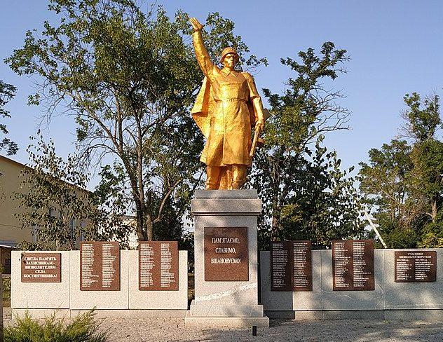с. Константиновка Мелитопольского р-на. Памятник, установленный на братской могиле, в которой похоронено 22 советских воина, погибших в боях за село.