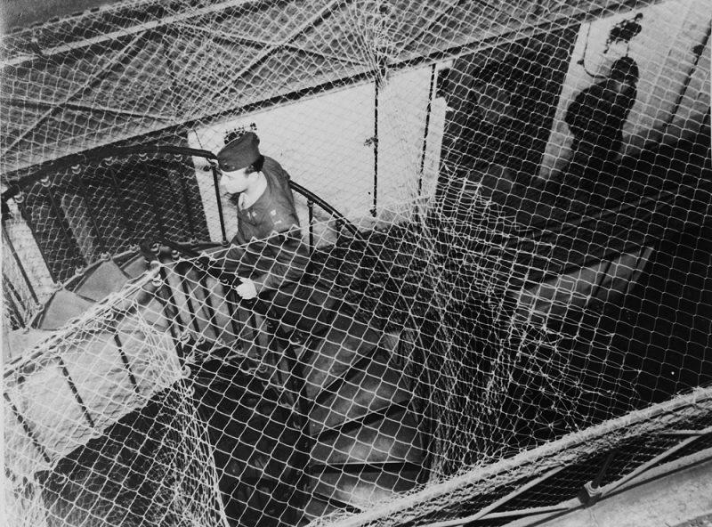 Вид сверху на огороженные тюремные блоки, где содержались подозреваемые во время судебного процесса. 1945 г.