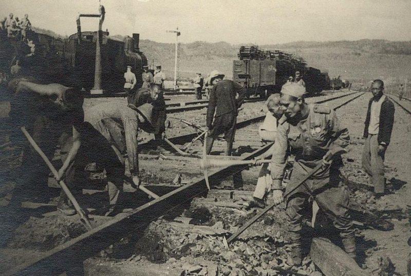 Советские солдаты и китайцы на ремонте железной дороги. Маньчжурия, август 1945 г.