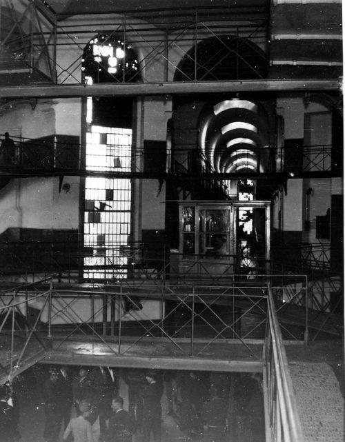 Тюремный корпус со стороны Дворца правосудия. 1945 г.