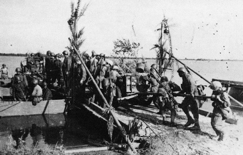 Переправа советских частей через реку Амур на остров Татарский. 2-й Дальневосточный фронт. 1945 г.