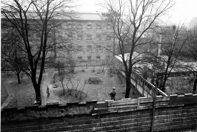 Тюремный двор для прогулок. 1945 г.