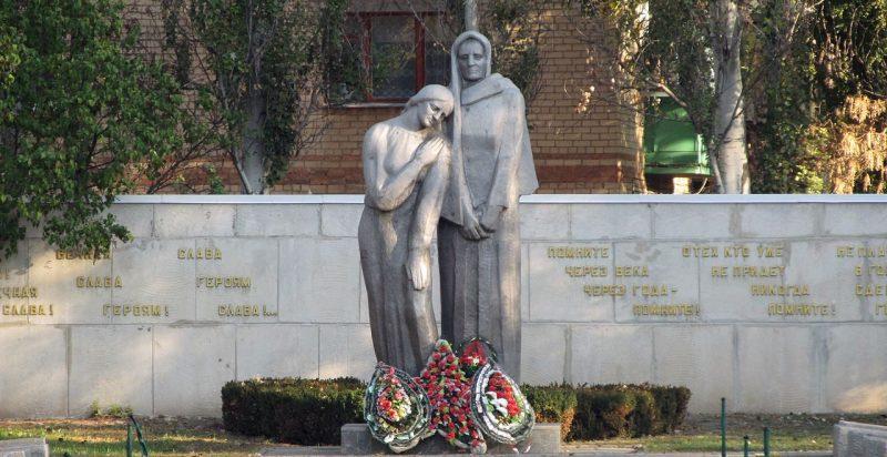 Центральный памятник мемориала «Скорбящая мать».
