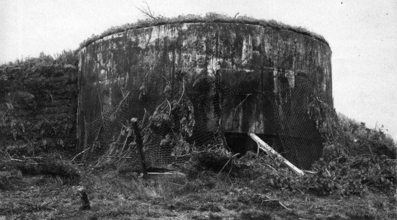 Захваченные японские типовые железобетонные пулеметные ДОТы на острове Шумшу. Август 1945 г.