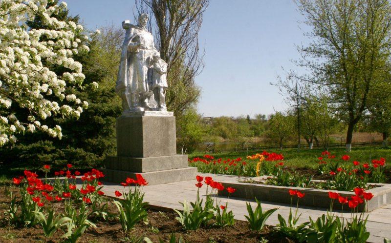с. Михайловка Вольнянского р-на. Мемориал, установленный на братской могиле, в которой похоронено 120 советских воинов.