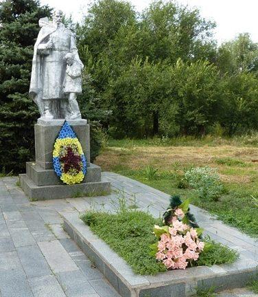 с. Михайловка Вольнянского р-на. Памятник, установленный на братской могиле советских воинов, погибших в боях за село.