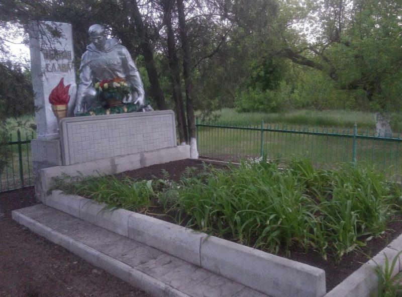 с. Новотроицкое Вольнянского р-на. Памятник советским воинам.