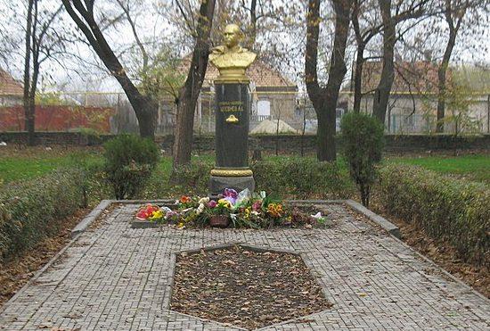 г. Мелитополь. Могила генерал-лейтенанта А. Д. Штевнева в парке железнодорожников.