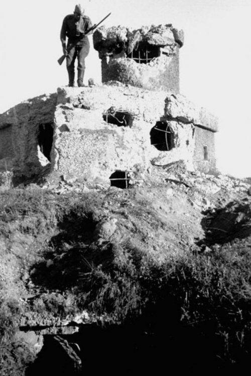Разрушенный японский дот Хайларского укрепленного района японцев. Август 1945 г.