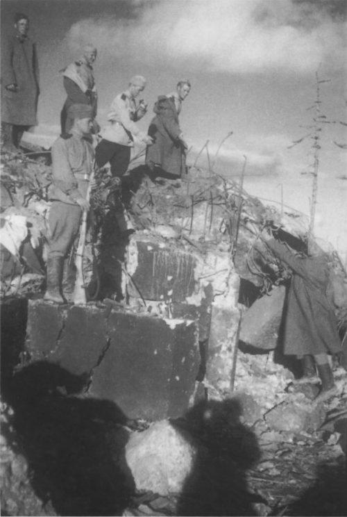 Советские солдаты на одном из ДОТов Харамитогского укрепрайона, подорванных саперами во время Южно-Сахалинской операции. Август 1945 г.