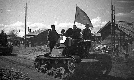 Колонна танков Т-26 входит в населённый пункт на Южном Сахалине. Август 1945 г.