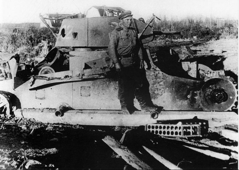 Советский танк Т-26, подбитый при штурме Хандаса на Южном Сахалине. Август 1945 г.
