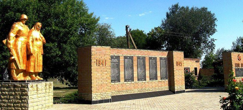с. Верхняя Терса Гуляйпольского р-на. Памятник, установленный на братской могиле, в которой похоронено 37 советских воинов и памятник воинам-односельчанам.
