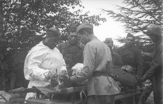 Первая помощь раненному во время Южно-Сахалинской наступательной операции. Август 1945 г.