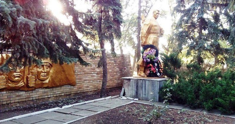 с. Долинка Гуляйпольского р-на. Памятник, установленный на братской могиле, в которой похоронено 99 советских воинов и памятник воинам-односельчанам.