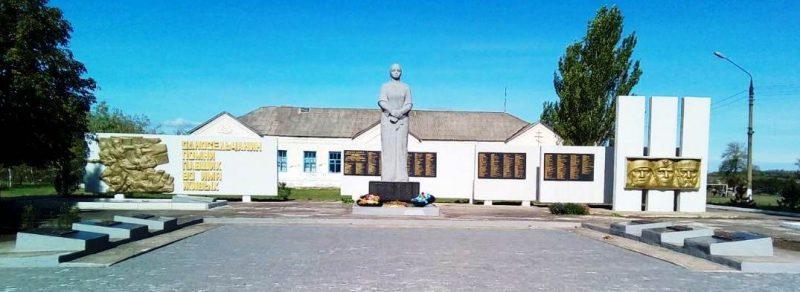 с. Любимовка Гуляйпольского р-на. Памятник у школы, установленный на братской могиле, в которой похоронено 88 советских воинов.