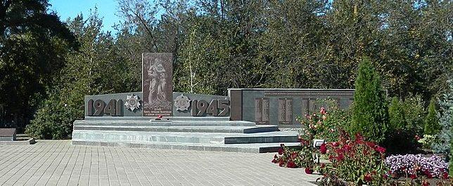 с. Малиновка Гуляйпольского р-на. Памятник, установленный на братской могиле, в которой похоронено 24 советских воина и памятник воинам-односельчанам.