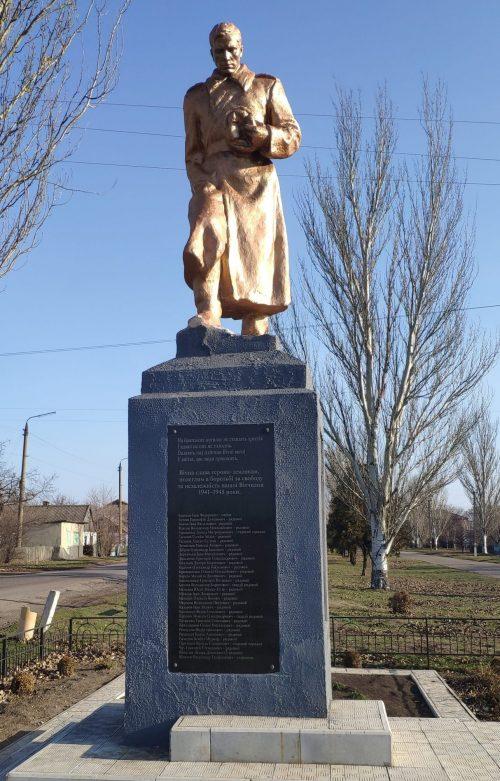 с. Новозлатополь Гуляйпольского р-на. Памятник, установленный на братской могиле, в которой похоронено 35 советских воинов.