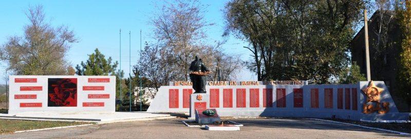 с. Полтавка Гуляйпольского р-на. Памятник, установленный на братской могиле, в которых похоронено 34 советских воинов и памятник воинам-односельчанам.