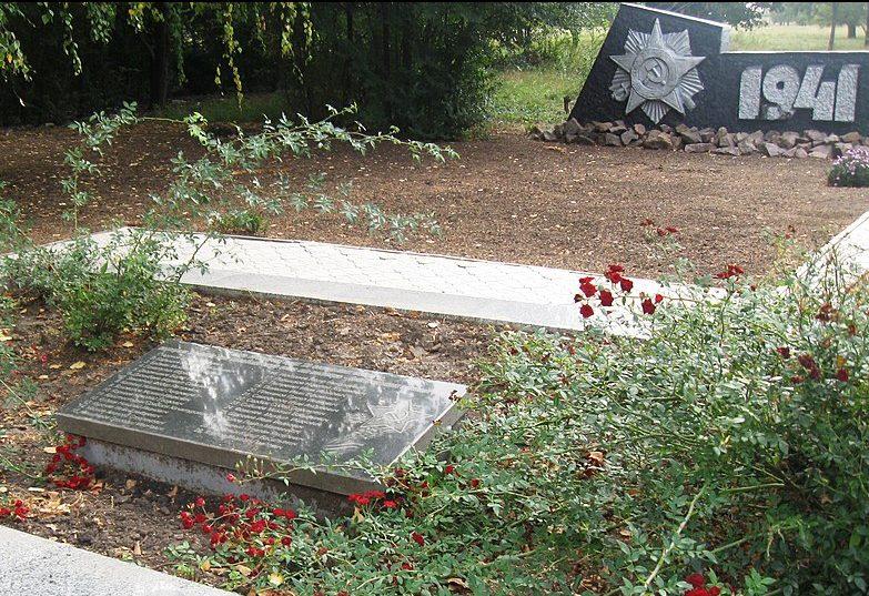 с. Приютное Гуляйпольского р-на. Братская могила, в которой похоронено 23 советских воинов и памятник воинам-односельчанам.