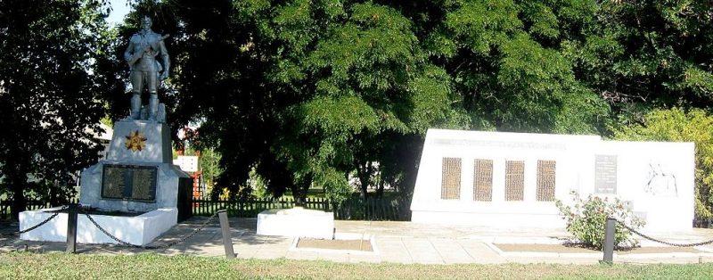 с. Святопетровка Гуляйпольского р-на. Мемориал на братской могиле, в которой похоронено 99 советских солдат и памятник воинам-односельчанам.
