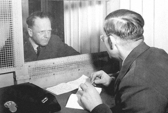 Фельдмаршал Эрхард Мильх со своим братом доктором Вернером Мильхом в специальной комнате для консультаций, предоставленной для подсудимых, находящихся на процесс в Нюрнберге. 1946 г.