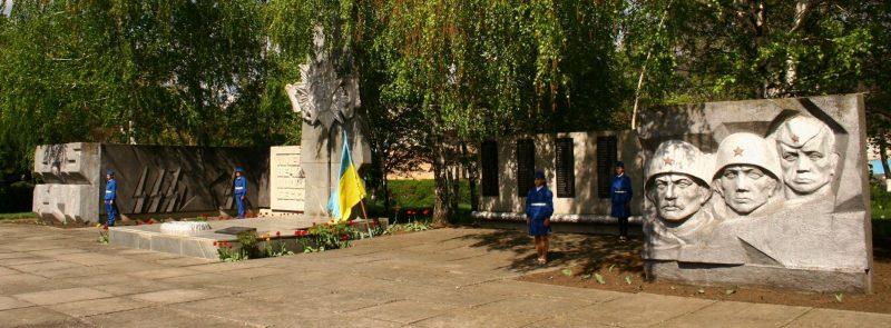 с. Темировка Гуляйпольского р-на. Памятник, установленный на братской могиле, в которой похоронено 7 советских воинов.
