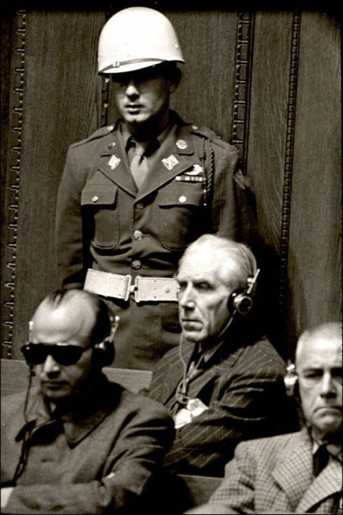 Подсудимый фон Папен на скамье подсудимых во время Нюрнбергского процесса. 1946 г.