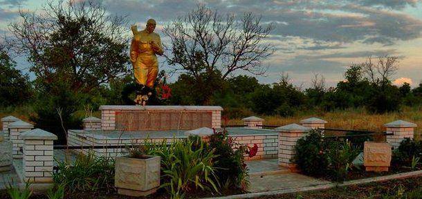 с. Чаривное Гуляйпольского р-на. Памятник, установленный на братской могиле советских воинов, погибших при освобождении села