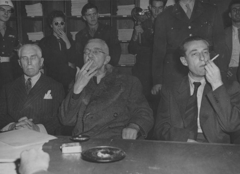Ф. фон Папен, Я. Шахт и Г. Фриче на перекуре во время Нюрнбергского процесса. 1946 г.