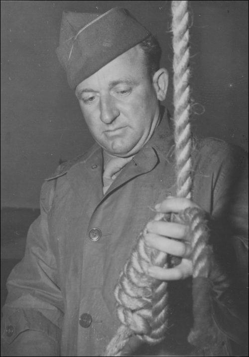 Американский солдат, профессиональный палач Джон Вудз готовит петлю для преступников. 1946 г.