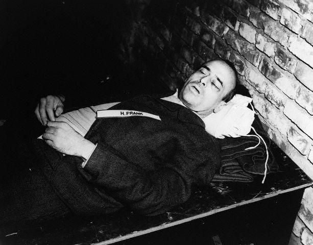 Труп Ганса Франка после повешения. 16 октября 1946 г.