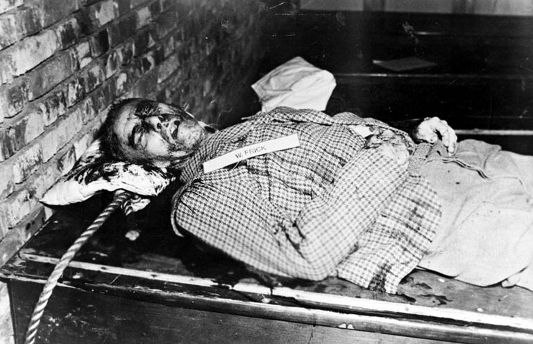 Тело Вильгельма Фрика после казни. 16 октября1946 г.