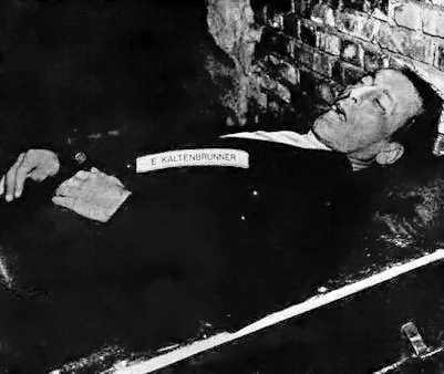 Тело Эрнста Кальтенбруннера после казни. 16 октября 1946 г.