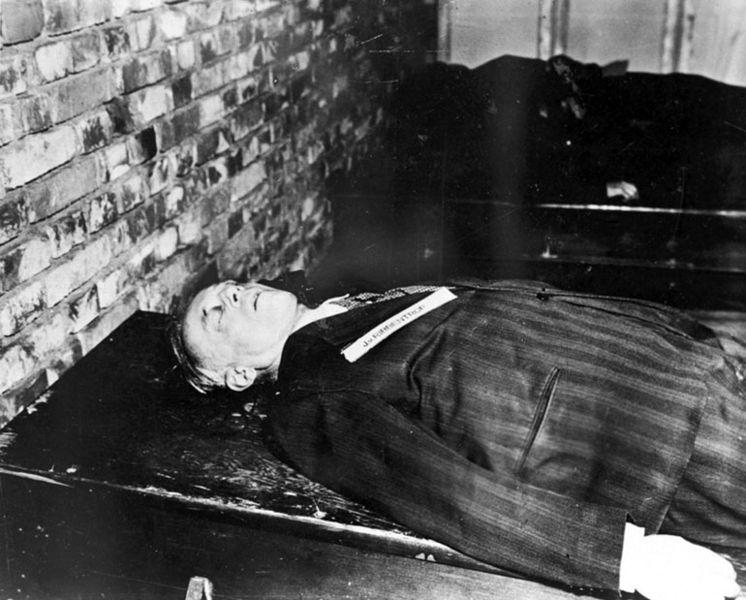 Тело Иоахима фон Риббентропа после казни. 16 октября 1946 г.