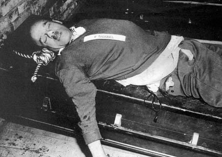 Тело Фрица Заукеля после повешения. 16 октября 1946 г.