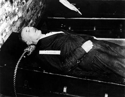 Тело Юлиуса Штрейхера после повешения. 16 октября 1946 г.